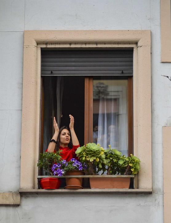 Silvia Romano in Italia, nel suo quartiere a Milano applausi e campane a festa