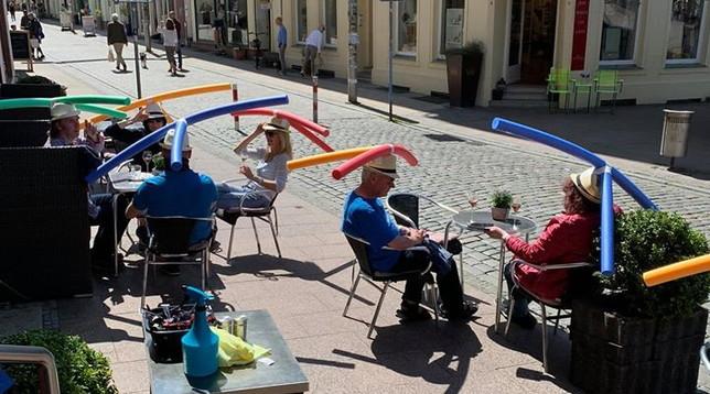 Germania, cappelli con cilindri da piscina per distanziarsi: l'idea di un bar tedesco