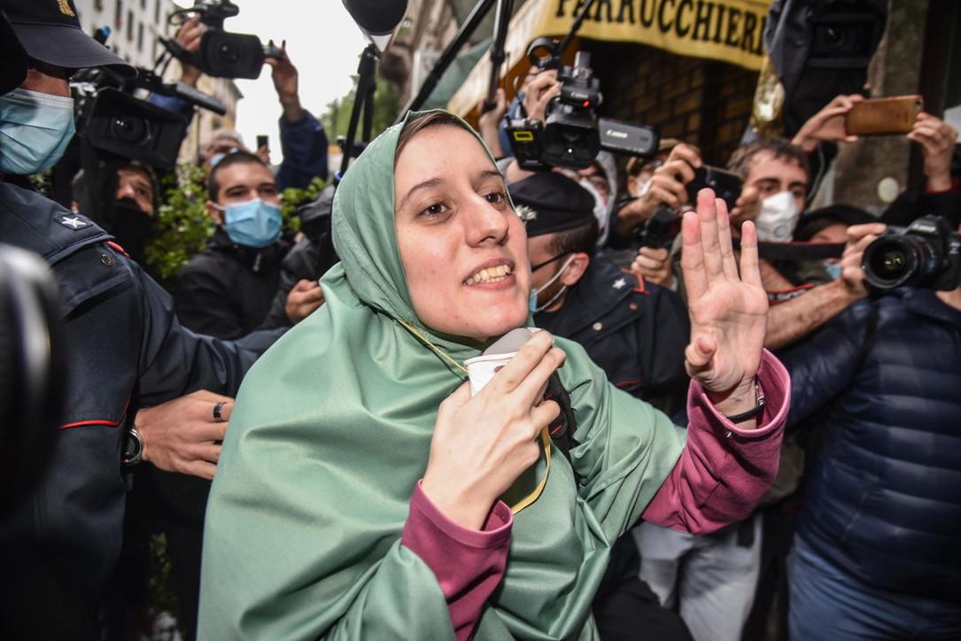 Silvia Romano è rientrata a casa a Milano, accolta dagli applausi