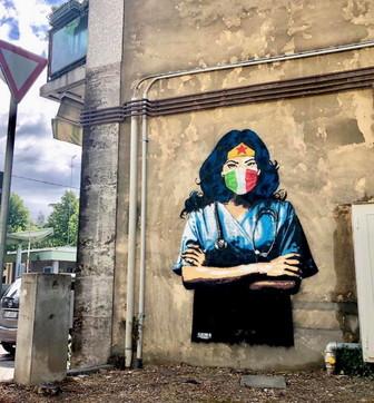 Padova,Wonder Woman con camice e mascherina: il murale per medici e infermieri