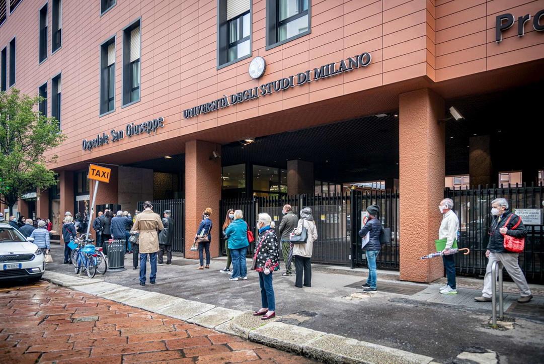 Coronavirus, a Milano lunghe code per i test sierologici ai privati