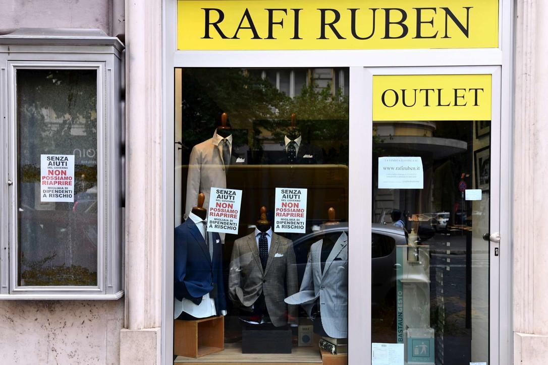 L'Italia si prepara alla ripartenza: grandi lavori nei negozi
