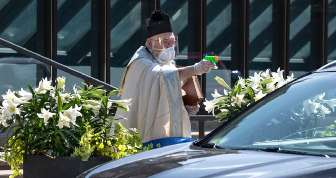 Coronavirus, il prete con la pistola ad acqua: negli Usa la benedizione è a prova di distanziamento sociale
