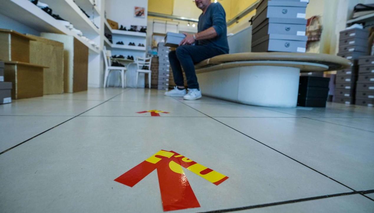 Sanificazione, frecce sul pavimento e pulizie: così a Milano i negozi si preparano per l'apertura