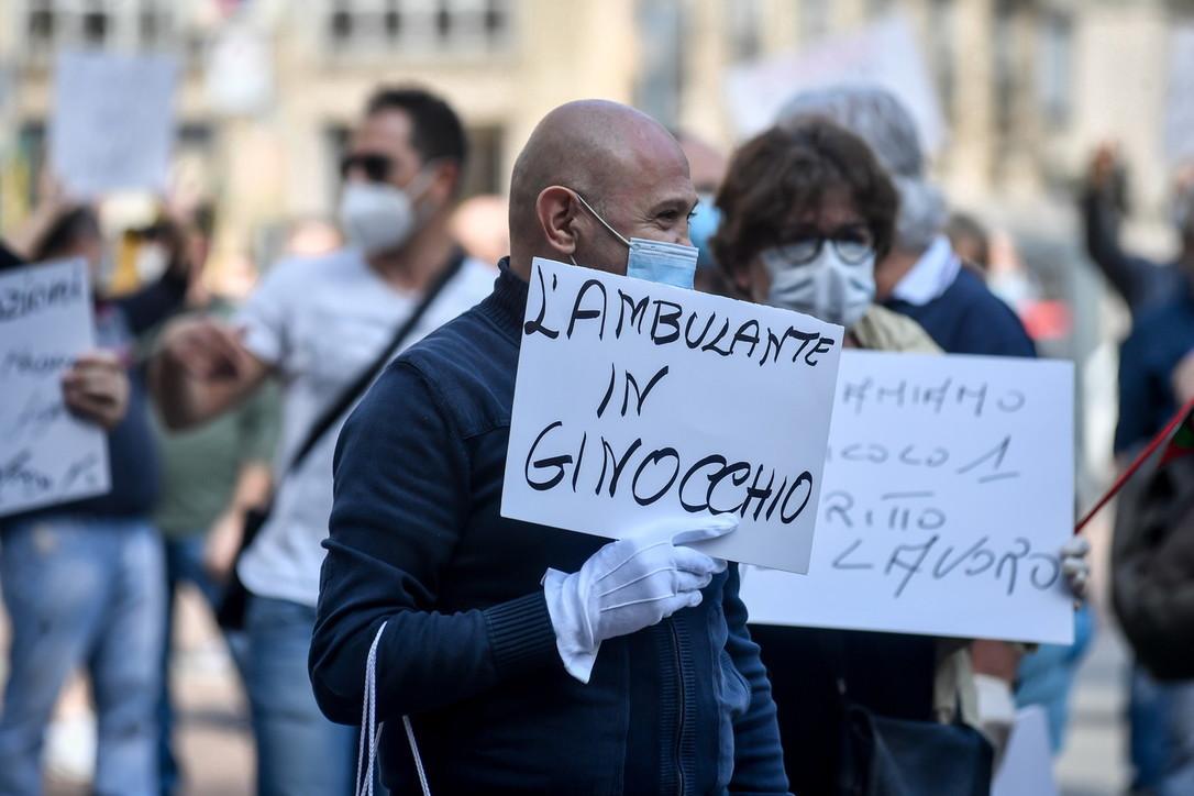 Ambulanti in piazza a Milano: in 200 protestano davanti al Comune