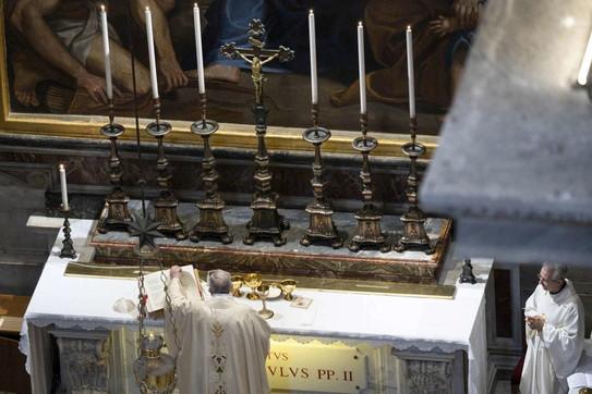Prima messa in San Pietro di Papa Francesco davanti a pochi fedeli