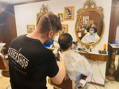 Fase 2, la corsa dei politici dal barbiere: sindaci e governatori ci danno un taglio