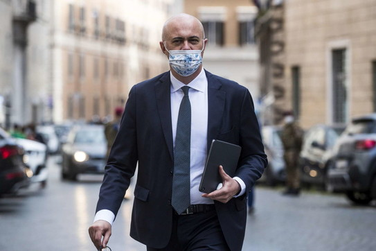 """I senatori """"travisati"""" a Palazzo Madama: a ciascuno la sua mascherina"""
