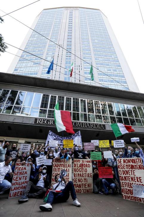Milano, ambulanti e tassisti protestano davanti alla sede della Regione
