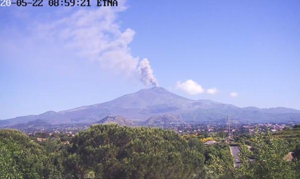 Etna, cenere dal cratere di Sud-Est: la nube vulcanica raggiunge i 4.500 metri