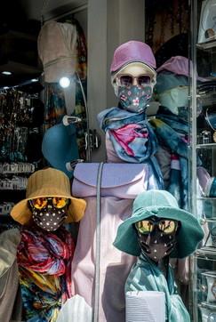 Fase 2, a Milano si torna a fare shopping: in vetrina manichini con la mascherina