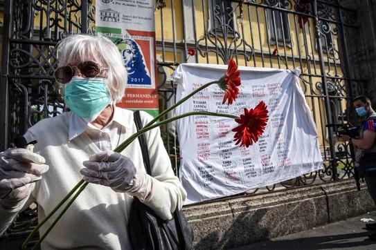Coronavirus, flash mob dei familiari delle vittimedavanti al Pio Albergo Trivulzio