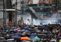 Hong Kong, proteste contro la Cina: la polizia spara lacrimogeni contro gli attivisti