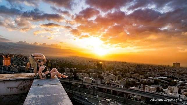 """Iran, con baci sui tetti """"sfida"""" la sharia: arrestata una star del parkour"""