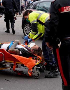Violenza in pieno centro, Brumotti soccorso a Milano dopo l'aggressione