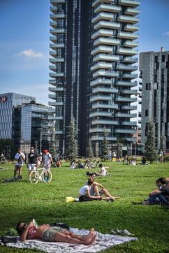 Fase 2, prima domenica dopo il lockdown: la gente si divide tra parchi e centro città