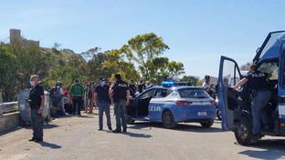 Migranti, sindaco porta viveri alle persone sbarcatenell'Agrigentino