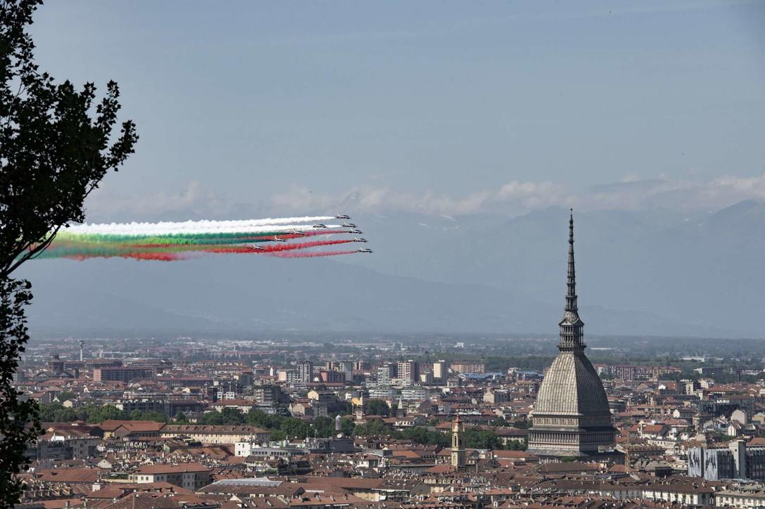 Le Frecce Tricolori sorvolano e omaggiano Torino