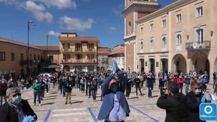 """I commercianti consegnano le chiavi come simbolo della protesta: """"Zero aiuti dal governo, non vogliamo morire"""""""