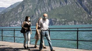 Fase 2 nella Bergamasca, gente a passeggio sui laghi di Iseo ed Endine