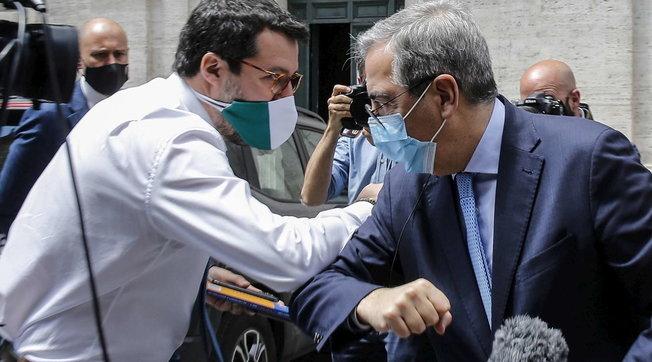 Giunta dice no al processo Open Arms, Salvini saluta con la gomitata il presidente Gasparri