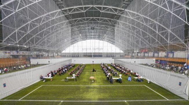 Oslo, campo di calcio trasformato in classe per gli esami di maturità