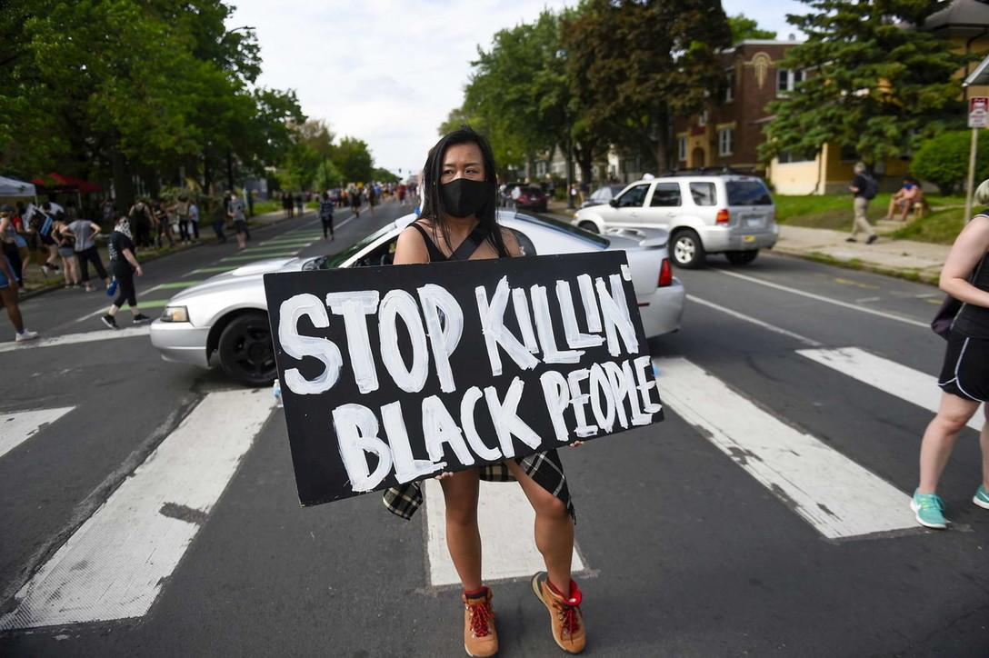 Usa, afroamericano fermato da agenti muore soffocato: scoppia la protesta