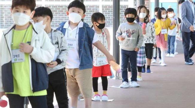 Corea del Sud, l'ora del ritorno a scuola per i bambini delle elementari