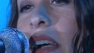 """Buon compleanno Alanis Morissette: rivediamola cantare al """"Festivabar"""""""