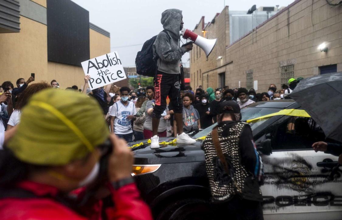 Minneapolis, uomo di colore morto durante arresto: scontri polizia-manifestanti