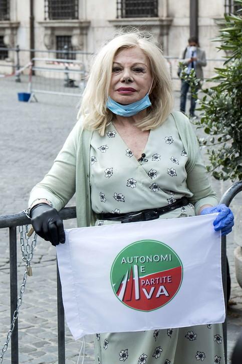 """Sandra Milo si """"incatena"""" di fronte a palazzo Chigi"""