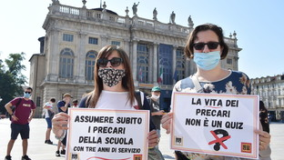 Scuola, sit-in di protesta a Milano e Torino: studenti e insegnanti scendono in piazza
