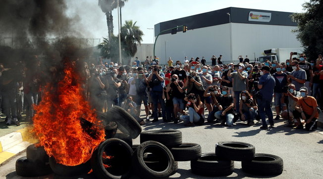 Coronavirus, Nissan chiude una fabbrica a Barcellona: protestano i 3mila operai