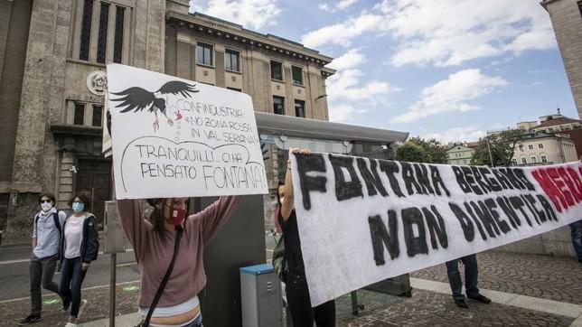 Fontana in Procura a Bergamo contestato dai cittadini