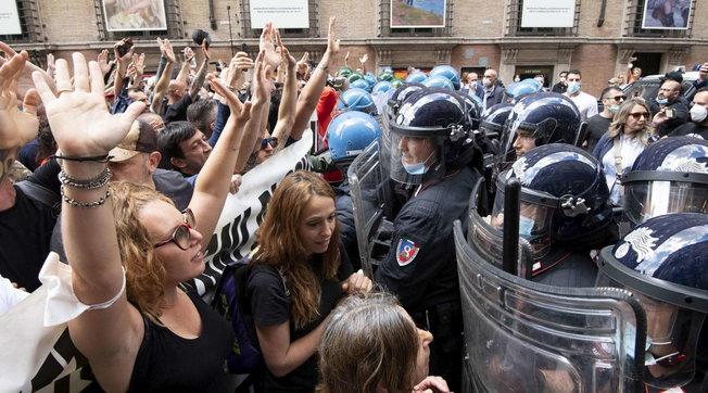 """Marcia su Roma"""", manifestazione di protesta: """"Abbiamo fame"""" - Foto Tgcom24"""