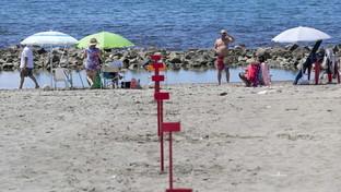 Fase 2, ombrelloni distanziati a Ostia per la prima prova d'estate