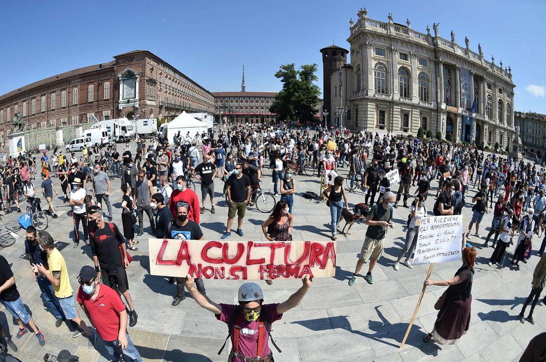 """Flash mob degli artisti nelle piazze italiane: """"Serve ripartire"""""""