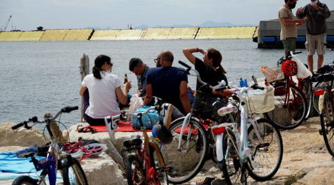 Mose, sollevate due barriere: la gente assiste dalla spiaggia, test portato a termine con successo