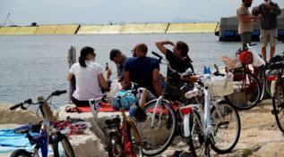 Mose, sollevate tutte le barriere: la gente assiste dalla spiaggia, test portato a termine con successo