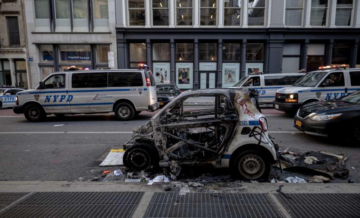 Vetrine in frantumi e auto distrutte: New York dopo le proteste