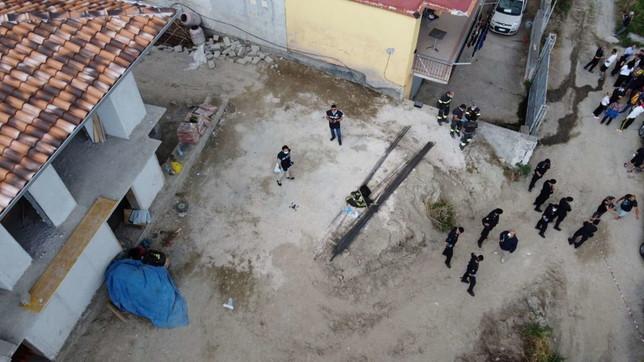 Napoli, frana fa crollare muro: morti due operai