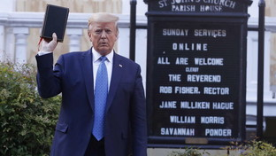 Tensione fuori dalla Casa Bianca: Trump esce a piedi e va in chiesa