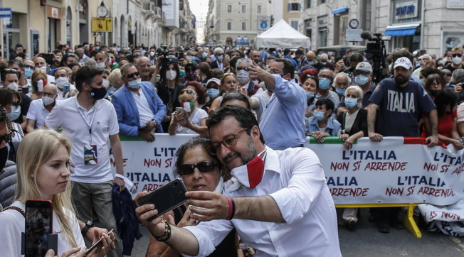 2 Giugno, manifestazione centrodestra a Roma: per Salvini raffica di selfie senza mascherina