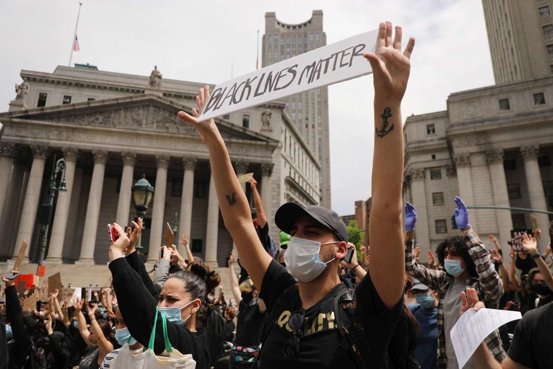 George Floyd, la folla sfida il coprifuoco a New York: proteste anche in altre città