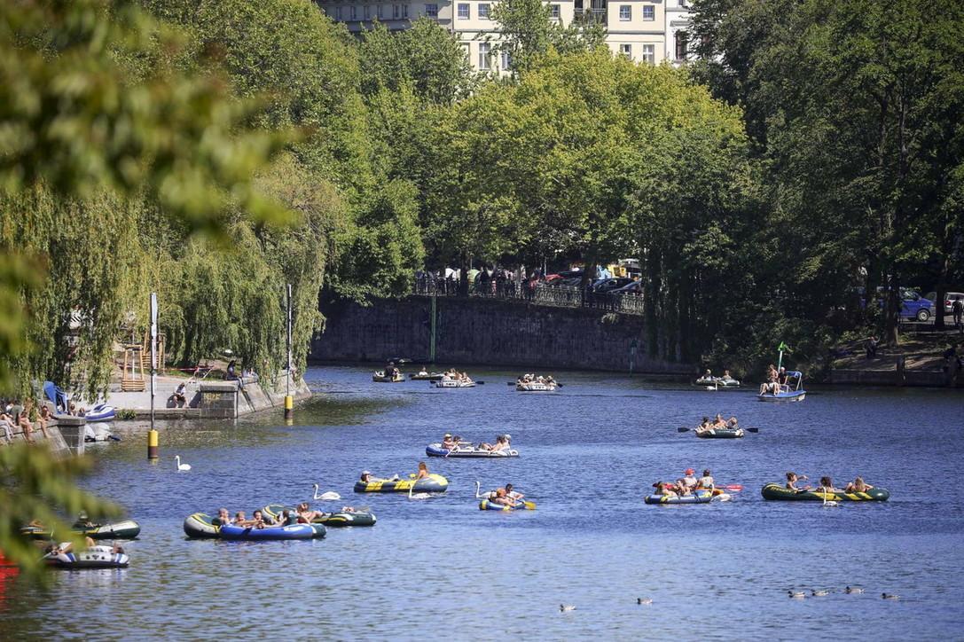 "Coronavirus, in Germania si ""galleggia"" al sole, ma senza mascherine"