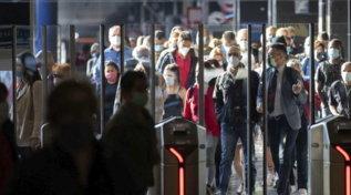 Stazioni affollate e autostrade piene, l'Italia si rimette in moto