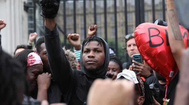 "La star di ""Star Wars"" John Boyega in piazza per la morte di George Floyd: ""Vaff*** la carriera"""