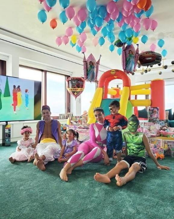 Cristiano Ronaldo festeggia i figli con un party... da favola
