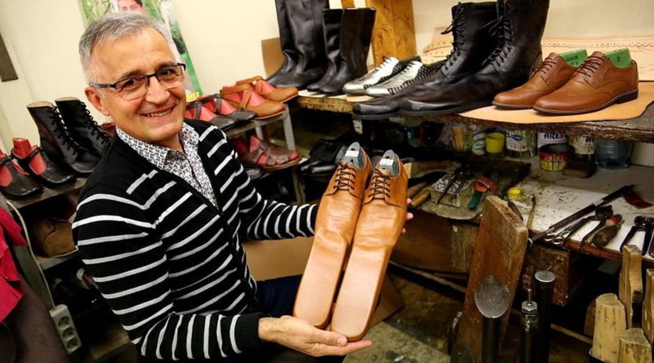Coronavirus, scarpe numero 75 per distanziarsi: l'idea di un calzolaio romeno