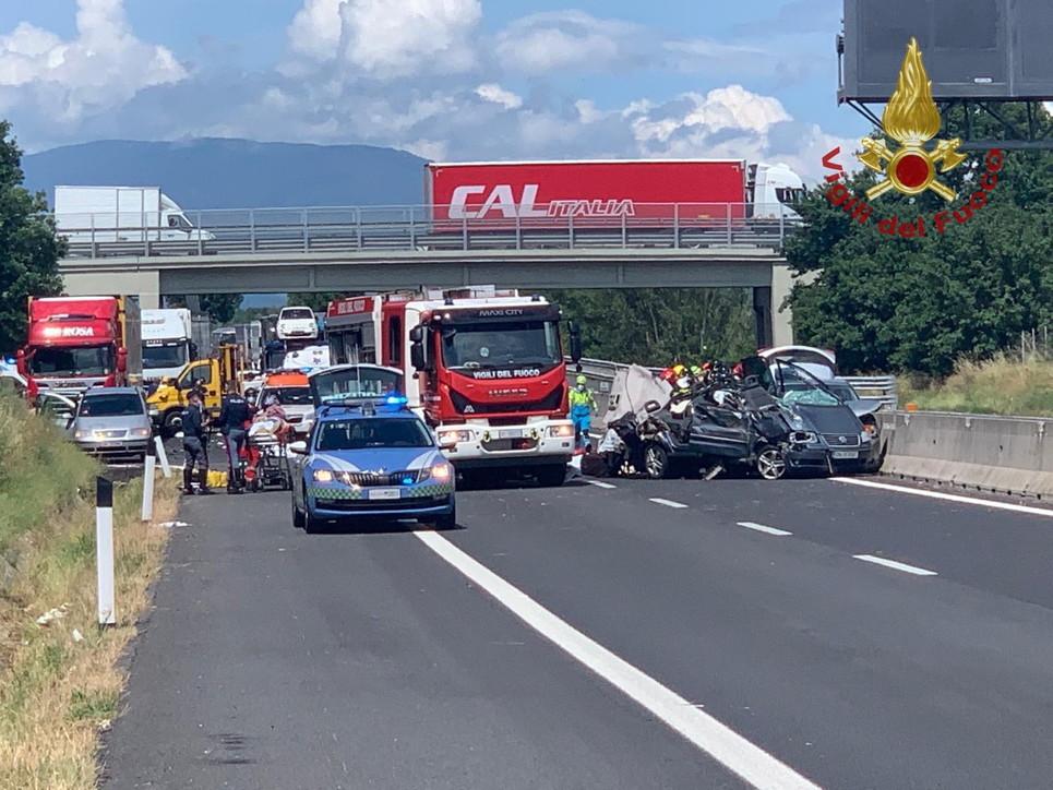 Arezzo, spaventoso incidente sull'A1: diversi morti
